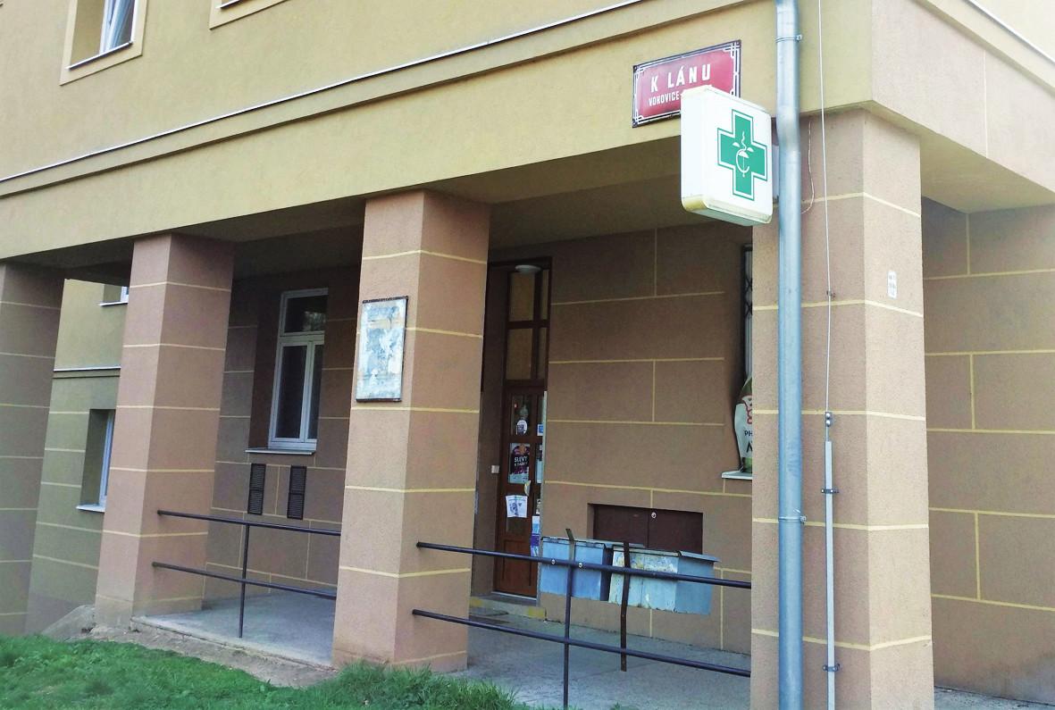 Minimálně jedna lékárna v Praze už nějakou dobu demonstra? vně upozorňuje, že lékárenství je postavené na hlavu.