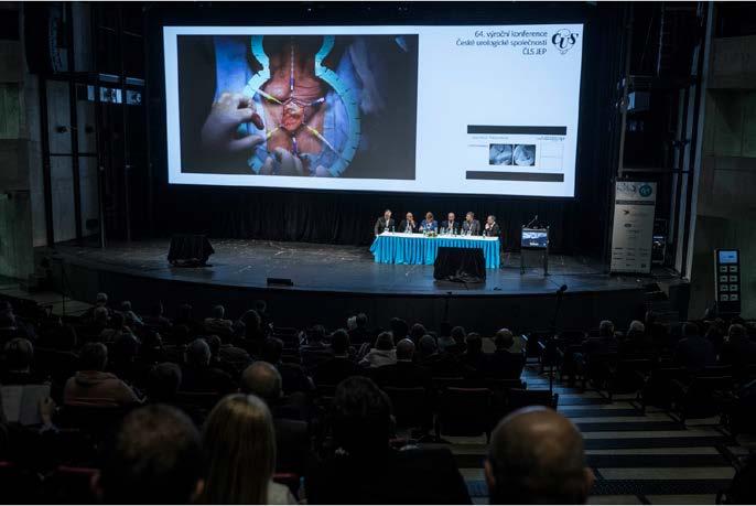 Velké pozornosti se těšil přímý přenos z operačního sálu<br> Fig. 3. A live surgery broadcast from the operating theatre received extensive attention