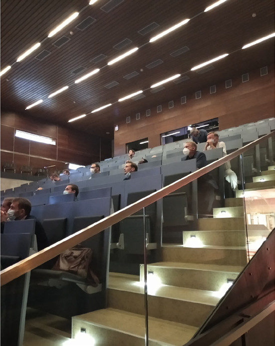 Auditorium s rozestupy v rouškách<br> Fig. 1. Physical distancing with face masks in the auditorium