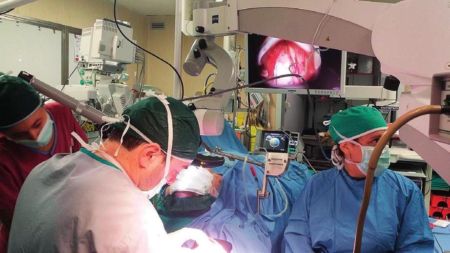 Dr. Francesco Mora při operačním výkonu.