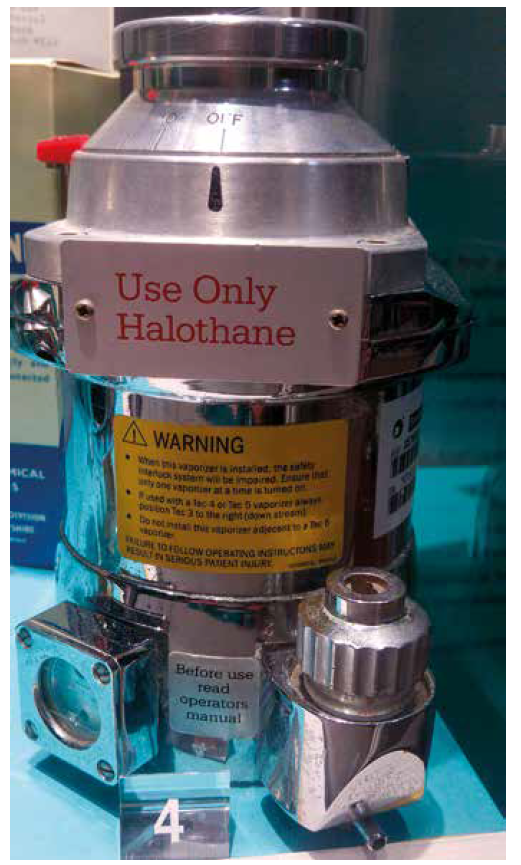 Odpařovač na halotan. Zdroj: Wikimedia Commons (CC BY 4.0)