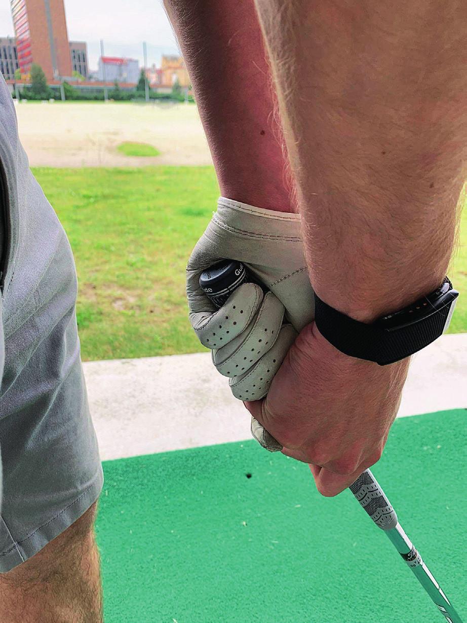 Riziko zlomeniny os hamatum při úderu do míče – konec hole tlačí na os hamatum.
