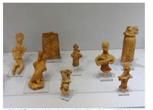 Terakotové figurky a modely těhotných a rodících žen a žen držících v náručí dítě z posvátné jeskyně bohyně porodu Eileithyie, Inatos (Kréta), 9.–8. století př. Kr.