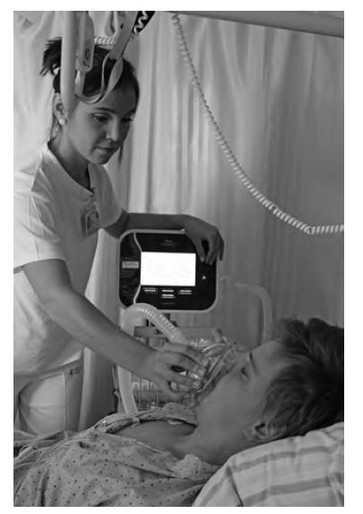 Mechanická insuflace – exsuflace pomocí přístroje CoughAssist aplikovaná terapeutem v manuálním režimu. Terapeut pomocí klapky na přístroji spouští insuflaci s pacientovým nádechem a exsuflaci s pacientovým výdechem, resp. kašlem. Řídí se přitom pohyby pacientova hrudníku, případně dle domluvné reakce očí pro větší komfort pacienta. Fotografie byla pořízena s informovaným souhlasem pacienta.