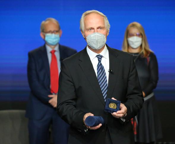 Prof. Tomáš Hanuš převzal nejvyšší ocenění ČUS – Medaili prof. E. Hradce<br> Fig. 7. Prof. Tomáš Hanuš received the highest CUS award – the Medal of prof. E. Hradec