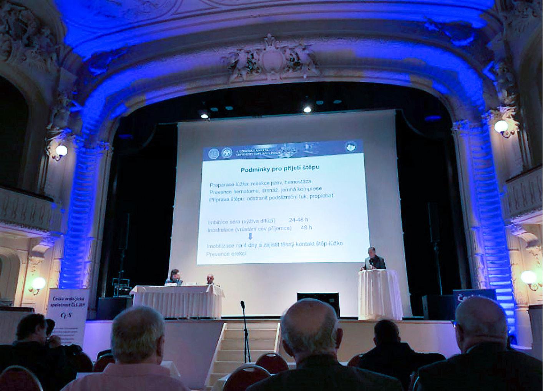 Obr. 9. Doc. Kočvara při prezentaci<br> Fig. 9. As. prof. Kočvara giving a speech