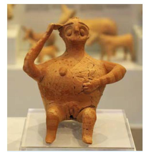 Rhyton ve tvaru sedící těhotné ženy z lokality Gournia (Kréta), 12. století př. Kr.