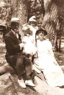 Dvouletá Valja s rodinou v Charbinu, na prahu svého bohatého života.