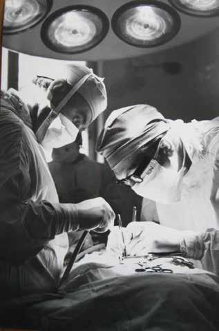 Prof. Mraček při operaci