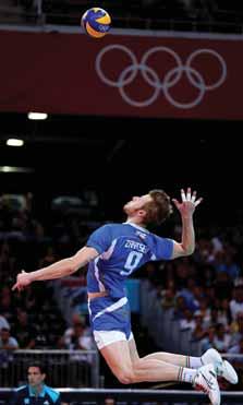 Volejbalové rotované podání. Extrémní zevní rotace ramene při abdukované paži. Převzato z [18].<br> Fig. 2. Volleyball topspin serve. Extreme external rotation of the shoulder with abducted arm. From [18].