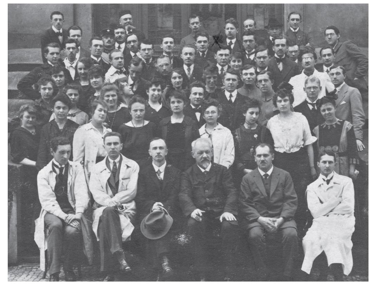 Přírodovědecká fakulta UK, ročník 1920, v první řadě věhlasní profesoři jako Křepelka, Brauner, Štěrba Böhm, Heyrovský, v řadě druhé už relativně vysoký počet studentek a pod křížkem dědeček současného šéfredaktora ČČL.