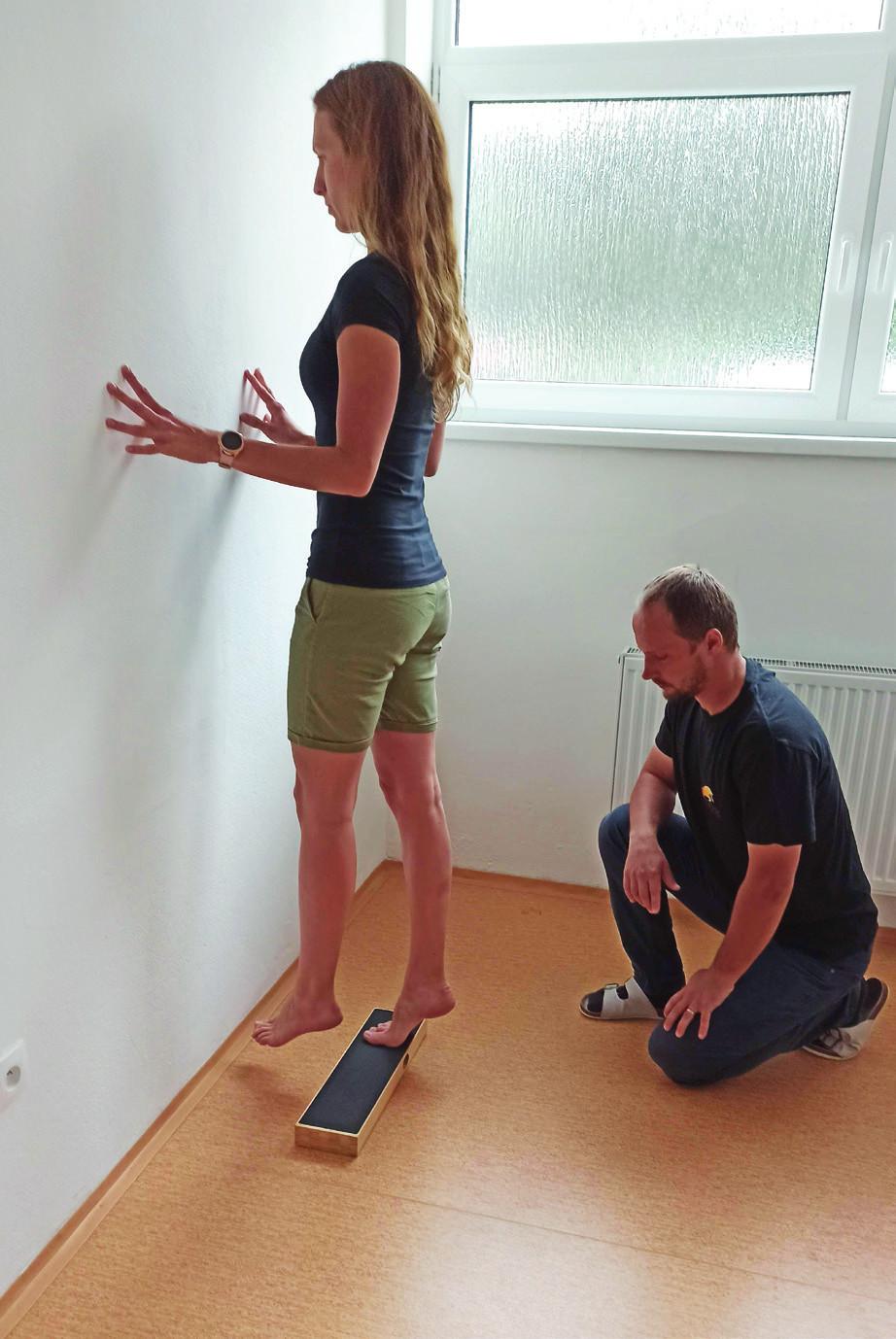 Excentrické cvičenie Achillovej šľachy. V prvej fáze pacient urobí výpon na špičkách bilaterálne. V druhej fáze pohybu sa pacient vracia do pôvodnej pozície s dôrazom na spomalenie pohybu a excentrickú fázu pohybu. Pre optimálnej prevedenie sa pacient snaží dosiahnuť úroveň pod 0 stupňov (schodík a pod.).