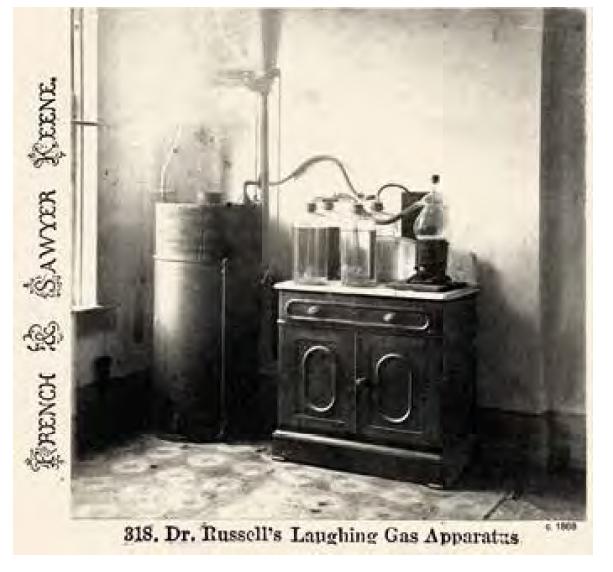 Přístroj na výrobu oxidu dusného pro anestezii v 60. letech 19. století. Zdroj: Wikimedia Commons (CC BY 4.0)