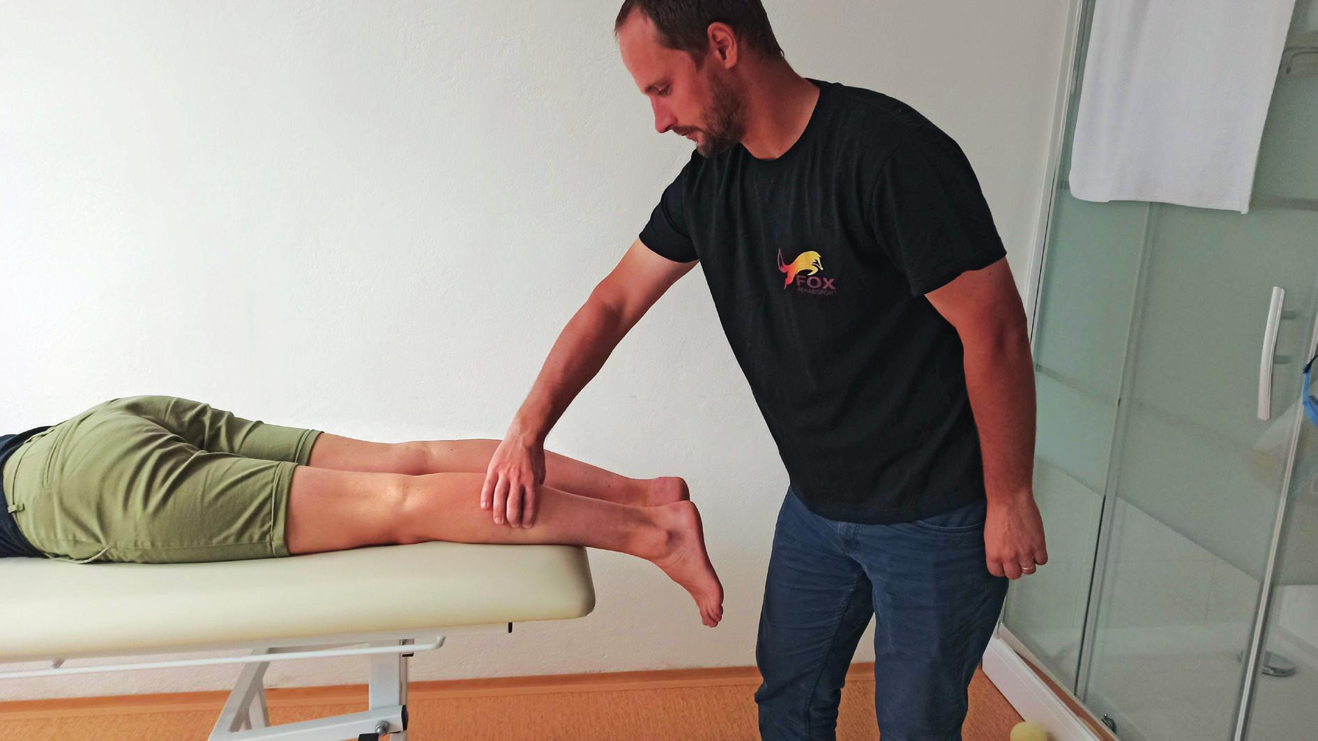 Thompson test/ calf squeeze test. Pacient leží v pozícii na bruchu na vyšetrovacom stole. Chodidlá sú mimo vyšetrovacieho stola. Vyšetrujúci stlačí lýtkový sval niekoľkokrát po sebe. Pokiaľ je Achillová šľacha intaktná, tak dôjde ku plantárnej flexii v členku. Pri ruptúre Achillovej šľachy ku plantárnej flexii v členku nedôjde.