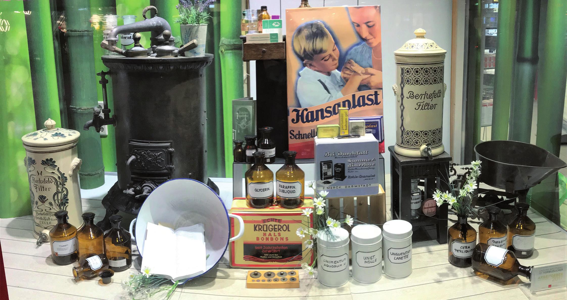 Výloha drážďanské lékárny v nákupní zóně a přesto s citem pro tradici.