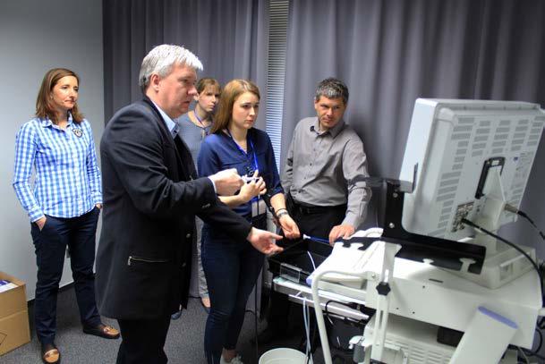 Hands‑ on kurz flexibilní uretroskopie (jako mentor as. Němec)<br> Fig. 3. Hands‑ on course of flexible urethroscopy (under the mentorship of assistant lecturer Němec)
