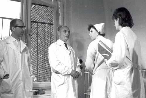 Profesor MUDr. Emil Poláček, DrSc., na klinice při vizitě, květen 1970.