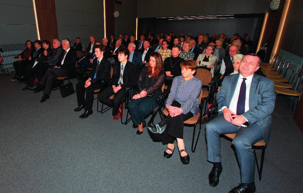 Účastníci vzpomínkového setkání – zleva rektor UK, manželka a rodina Jaroslava Blahoše, funkcionáři ČLS a přátelé